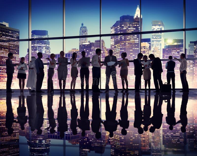 Da reunião incorporada de uma comunicação executivos do conceito do escritório imagens de stock