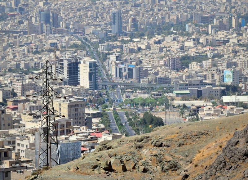 Da skyline urbana iraniana da cidade de Karaj opinião aérea imagem de stock