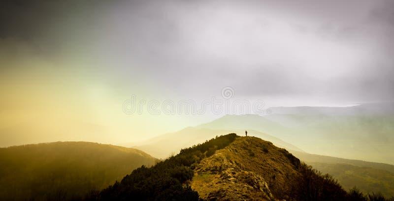 Da solo nelle montagne fotografia stock