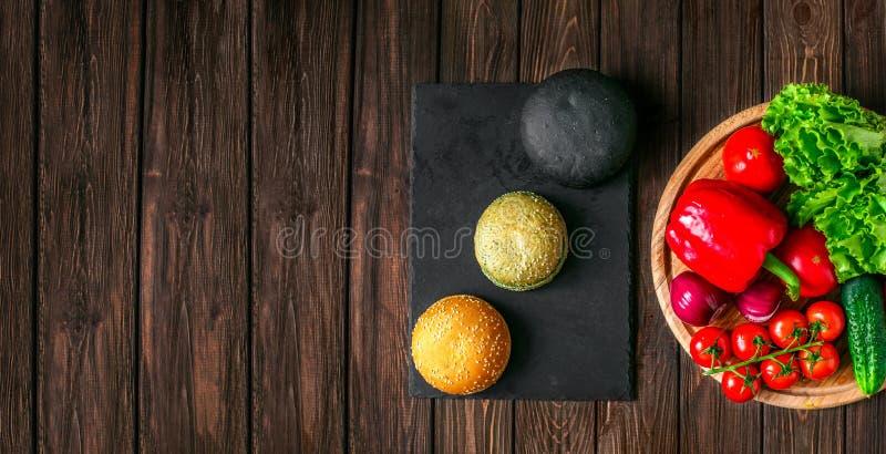Da sopra il colpo dei panini e delle verdure fotografia stock