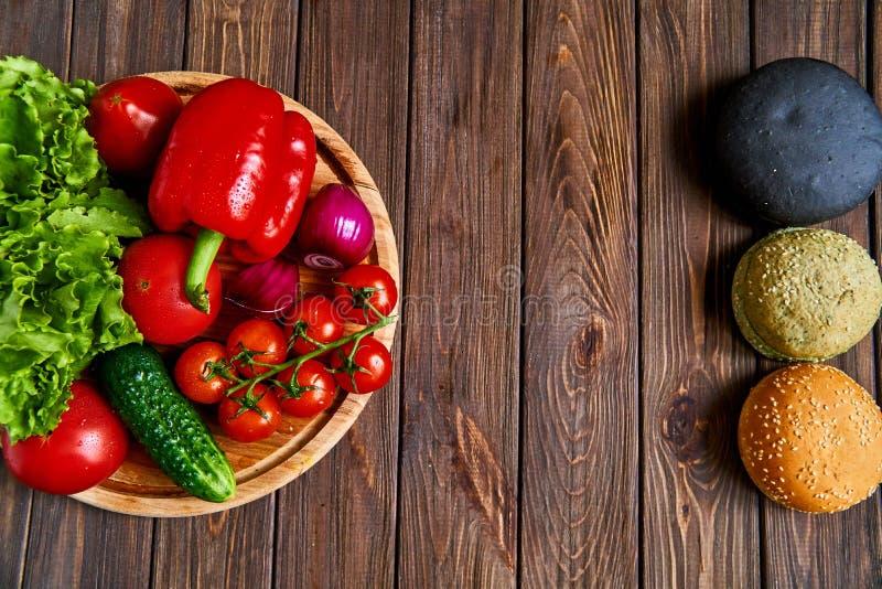 Da sopra il colpo dei panini e delle verdure fotografia stock libera da diritti