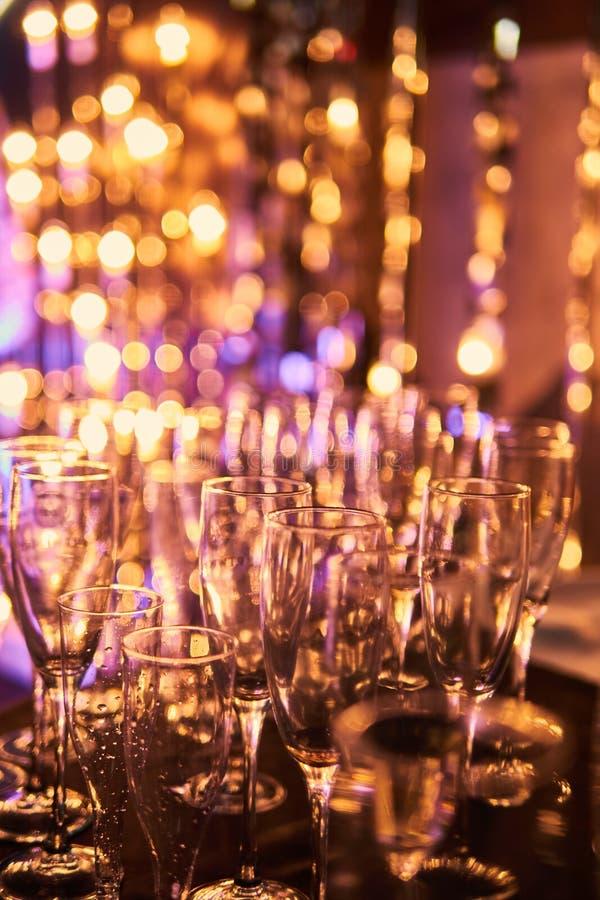 Da véspera anos novos do fundo obscuro da celebração festiva com vidros do champanhe Fogos de artifício e bokeh do ouro do vintag imagem de stock