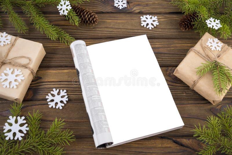 Da zombaria ano novo do compartimento aberto acima, Natal Vista superior com espaço da cópia Ramos de uma árvore, cones, ornament imagem de stock