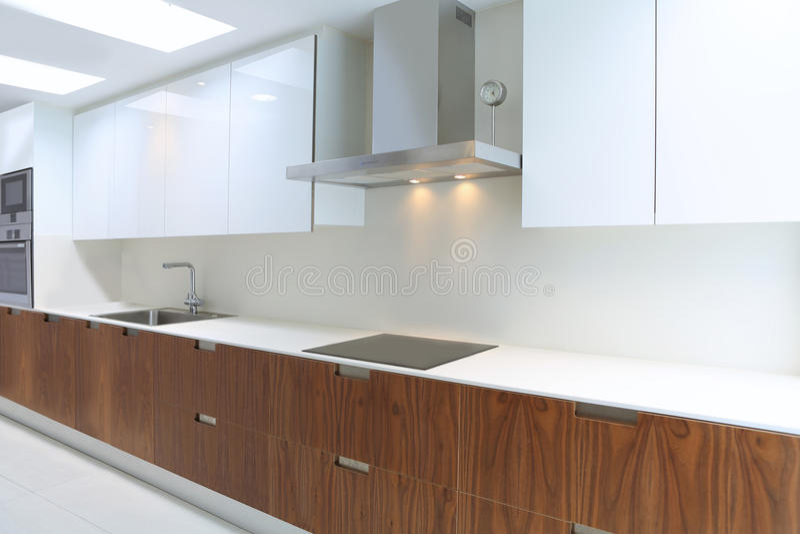 Daadwerkelijke moderne keuken in wit en okkernoothout royalty-vrije stock foto's
