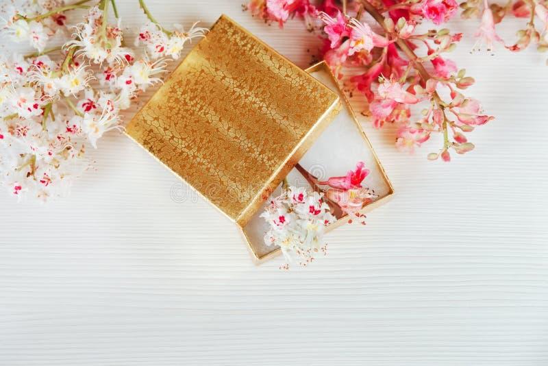 Daar is de Gouden Open Doos met Witte en Roze Takken van Kastanjeboom op Wit Ta royalty-vrije stock foto