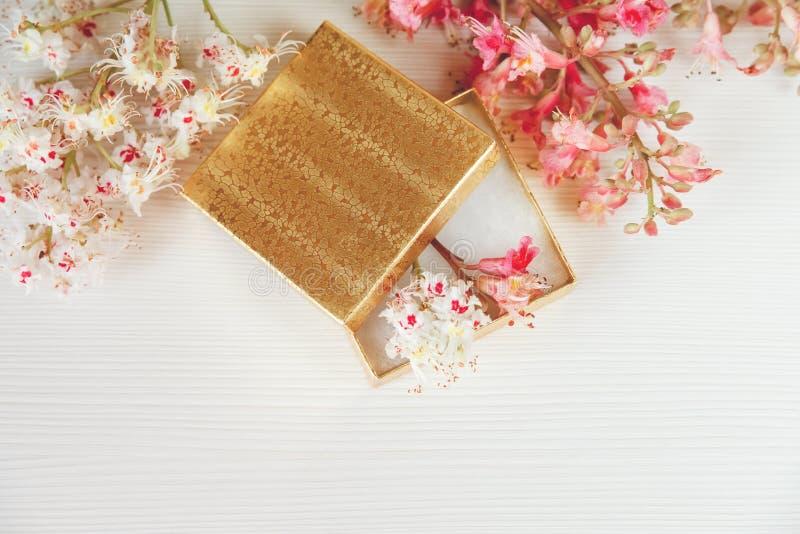Daar is het Gouden Open Vakje met Witte en Roze Takken van Kastanjeboom op Witte Lijst, Hoogste Mening gestemd stock afbeeldingen