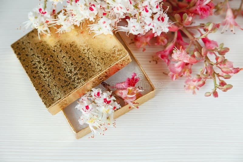 Daar is het Gouden Vakje met Witte en Roze Takken van Kastanjeboom op Witte Lijst royalty-vrije stock foto's