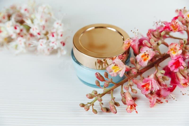 Daar Witte en Roze Takken van Kastanjeboom, Blauwe Fles Crea royalty-vrije stock foto's