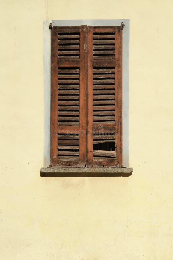 Dacayed okno z drewnianymi storami, włoszczyzna obrazy stock