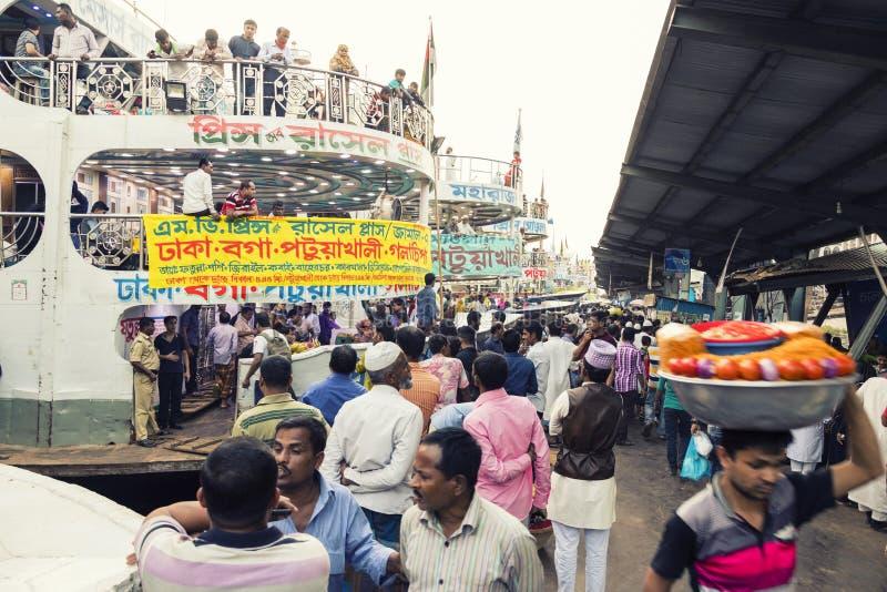 Dacca, Bangladesh, il 24 febbraio 2017: Trambusto variopinto al pilastro di Sadarghat in Dacca fotografia stock