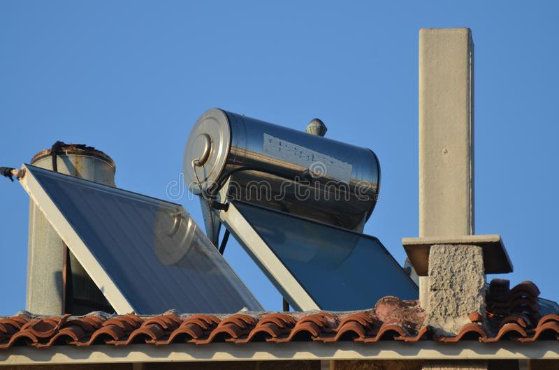 Dachów panel słoneczny Dla gorącej wody W Grecja zdjęcie stock