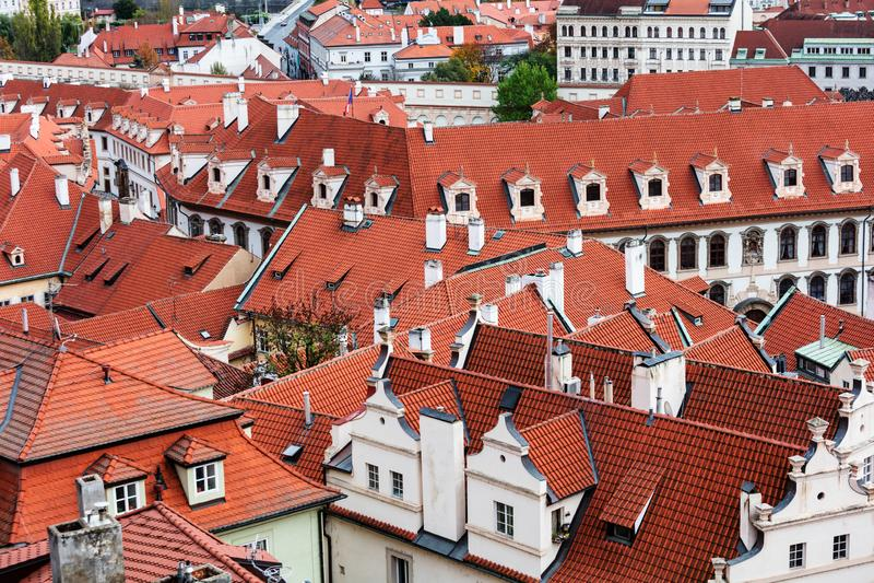 Dachówkowi dachy stary miasto Praga fotografia stock