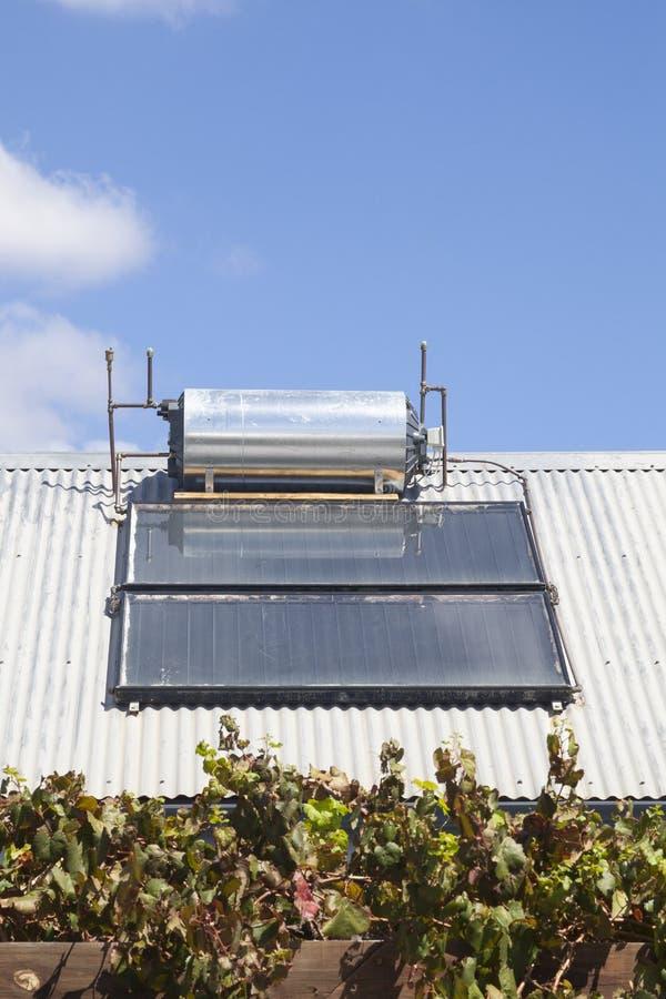 Dach brachte Solarheißwassergeysir mit Solarzellen an stockbild