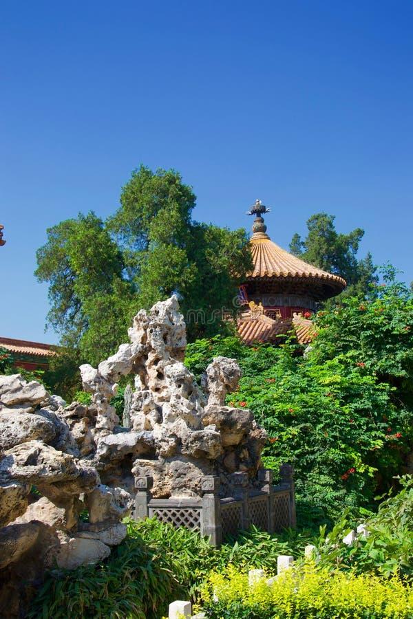 Dach Chińska pagoda w bujny zieleni ogródzie z rockery i drzewem obraz royalty free