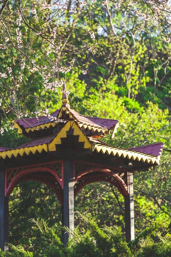 Dach des hölzernen Gazebo im grünen Busch lizenzfreie stockfotos