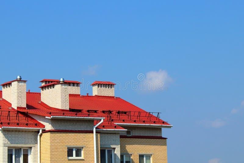 Dach des Hauses auf dem Hintergrund eines freien Raumes lizenzfreies stockbild