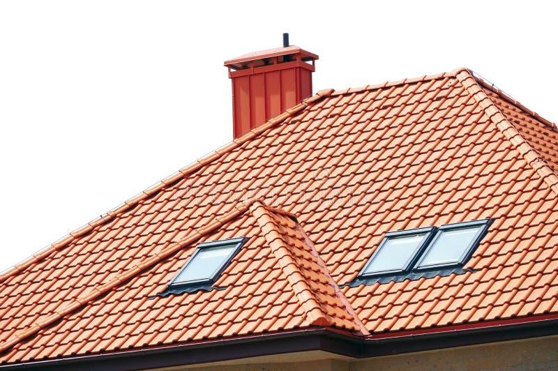 Dach dom czerwieni płytki na bielu obrazy stock