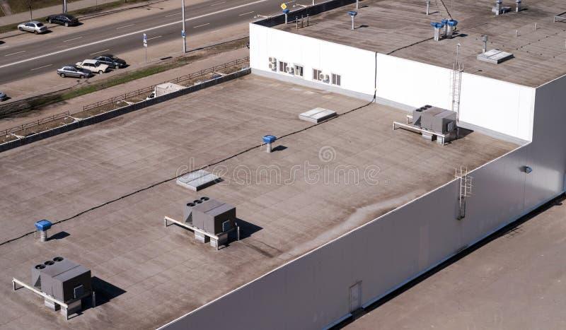 Dach eines Handelsgebäudes mit externe Einheiten der Handelsklimaanlage und der Lüftungsanlagen lizenzfreie stockfotografie
