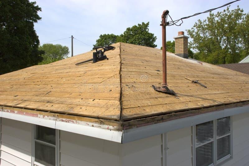 Dach freigemacht von den alten, undichten Schindeln stockfotos
