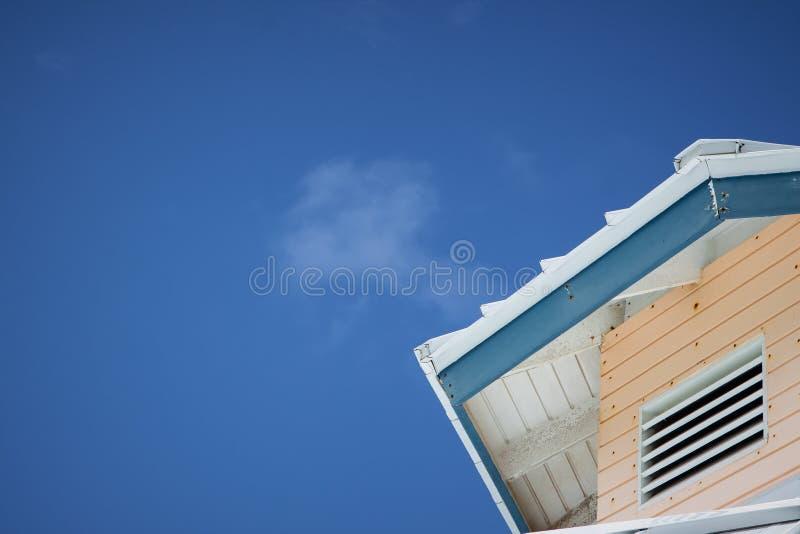 Dach gegen einen blauen Himmel stockbild
