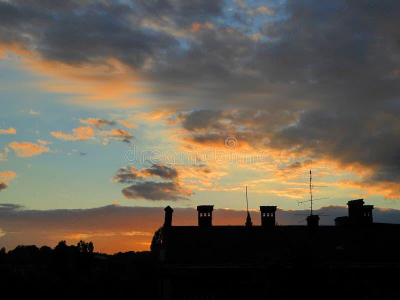 Dach im Sonnenunterganghintergrund stockbild