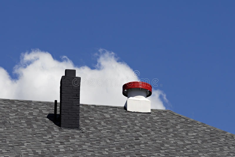 Dach-Kamin und Entlüftungsöffnung stockfotografie
