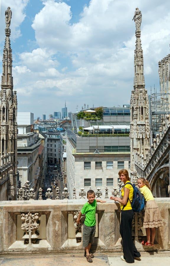 Dach Mediolański Cathedra i rodzina. (Włochy) obraz royalty free