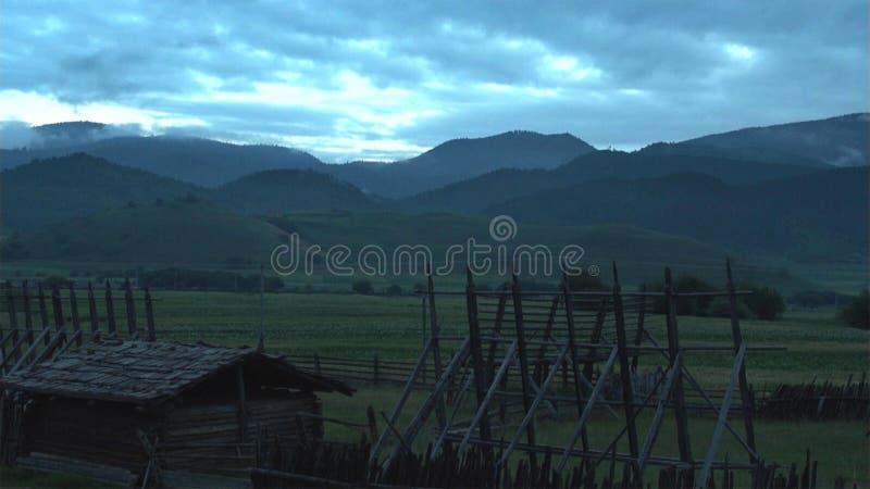 Dach mieszkaniowi domy z kamieniem na dachach w wiosce Lupra w himalajach, Nepal zdjęcia royalty free