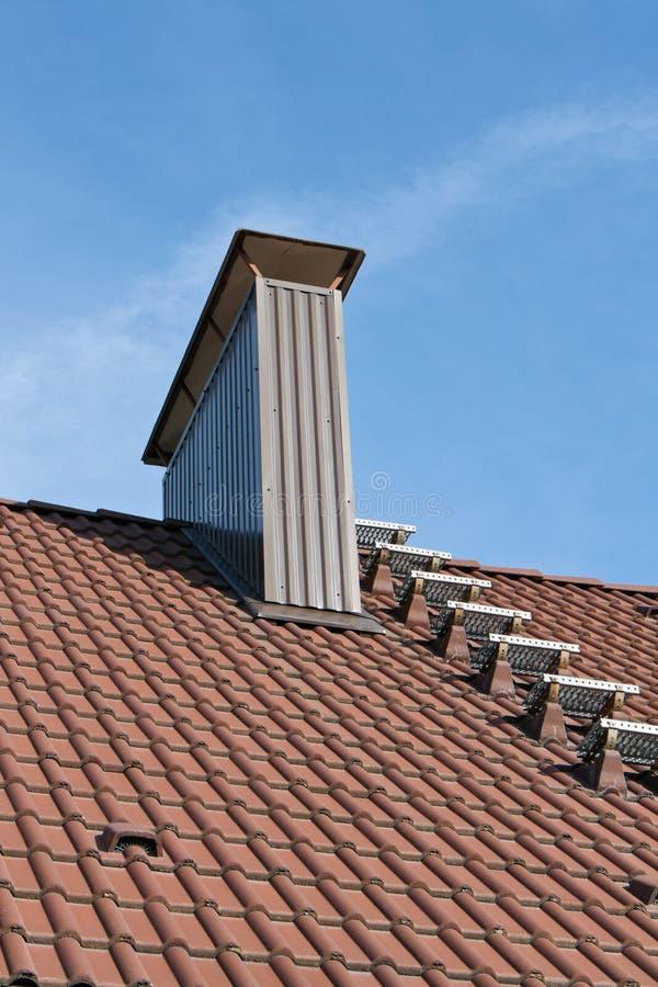 Dach mit Kamin lizenzfreies stockbild