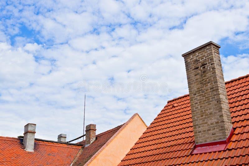 Dach mit Kaminen lizenzfreie stockbilder