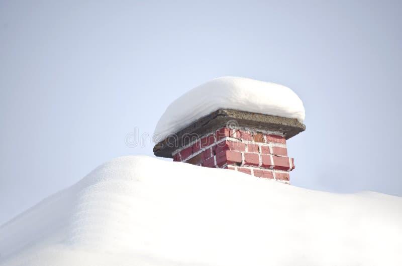 Dach mit Schnee stockfotos