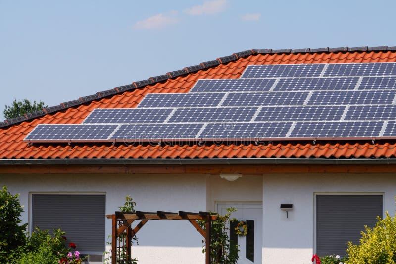 Dach mit Solarzellen stockbilder