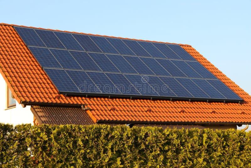Dach mit Solarzellen lizenzfreie stockbilder