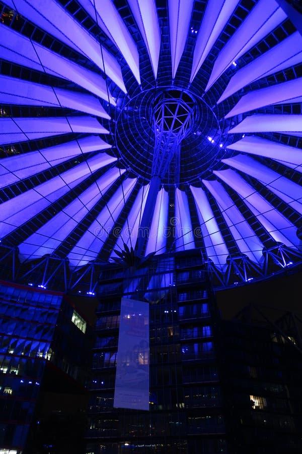 Dach Sony centrum w Berlin iluminował przy nocą obrazy stock