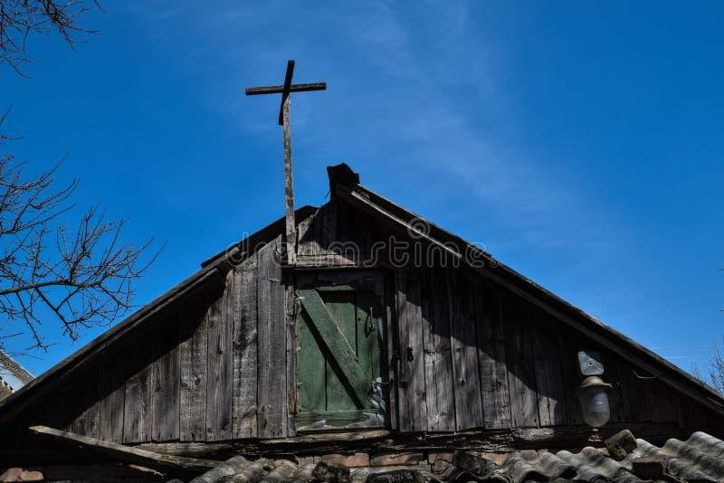 Dach stary dom przeciw niebieskiemu niebu zdjęcie royalty free