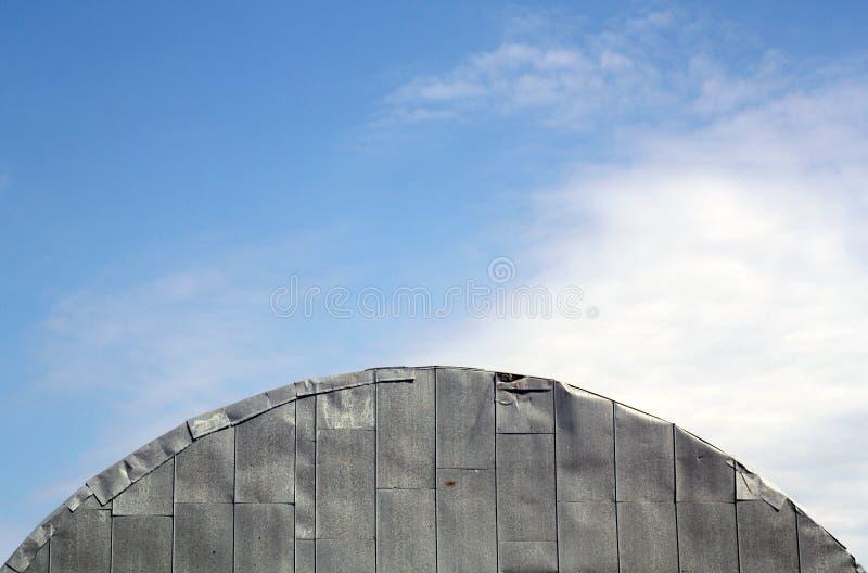 Dach stary metalu hangar przeciw chmurnemu niebu obrazy royalty free