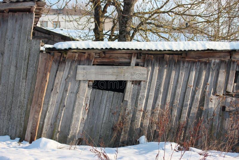 Dach stary zaniechany dom w wiosce w zimie Śnieżny i słoneczny dniu Opróżnia dom, bez ludzi łamających, niszczący, obrazy royalty free