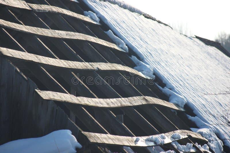 Dach stary zaniechany dom w wiosce w zimie Śnieżny i słoneczny dniu Opróżnia dom, bez ludzi łamających, niszczący, zdjęcia stock