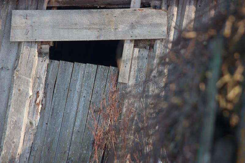 Dach stary zaniechany dom w wiosce w zimie Śnieżny i słoneczny dniu Opróżnia dom, bez ludzi łamających, niszczący, zdjęcie stock