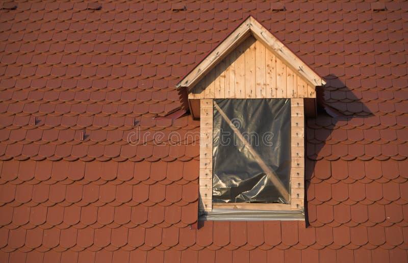 Dach und Fenster, im Bau lizenzfreie stockfotos
