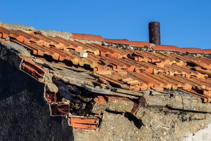 Dach uszkadzać uszkadzać płytki fotografia royalty free