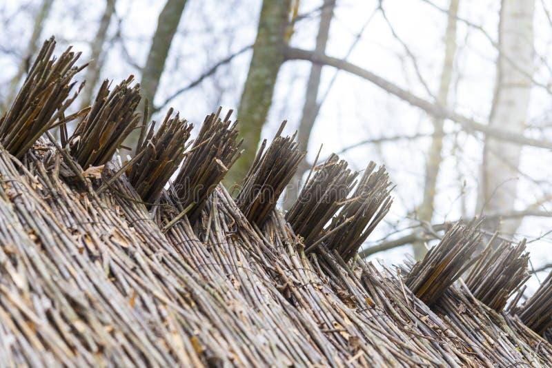 Dach von Baumasten, von Heu oder von trockenem Gras Trockenes Stroh der Dachbeschaffenheit, Dachhintergrundbeschaffenheit lizenzfreie stockfotos