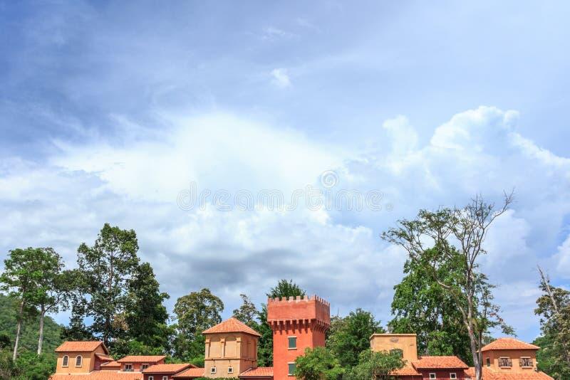 Dach von Hausitalien-Art gegen blauen Himmel stockfoto