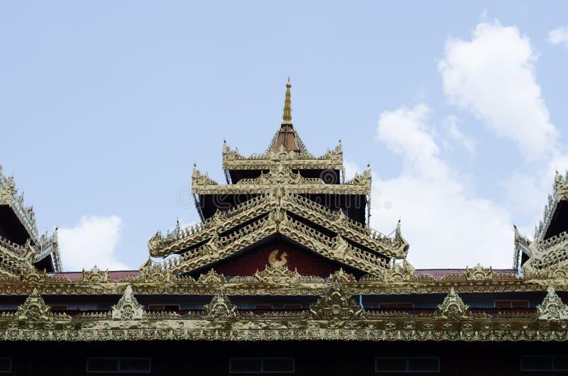 Dach von Tempel Myanmar-Art am wat Tai Ta Ya Monastery stockbild