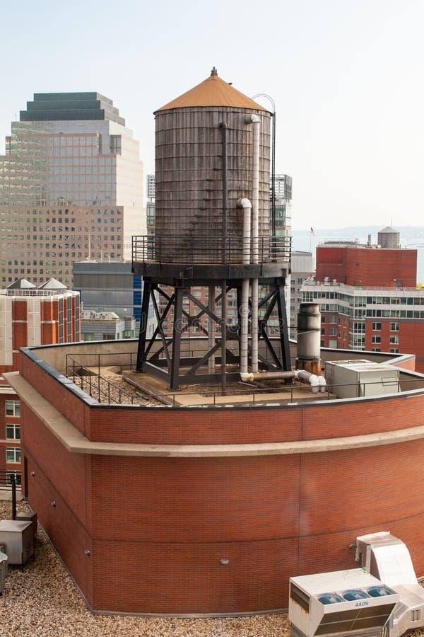 Dach wieża ciśnień na NYC budynkach zdjęcie royalty free