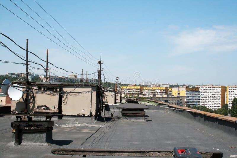 Dach wieżowiec z antenami i drutami przegapia sąsiadowanie domy obraz royalty free