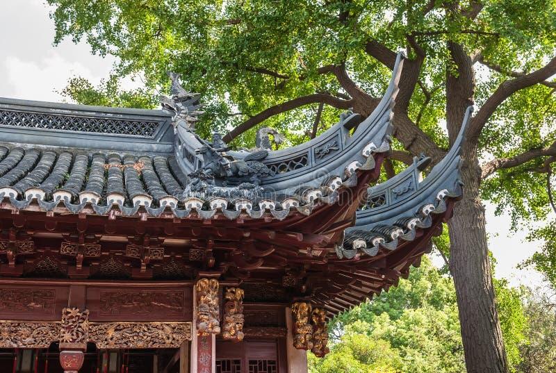 Download Dach z rzeźbić statuami obraz stock. Obraz złożonej z drzewo - 28950603