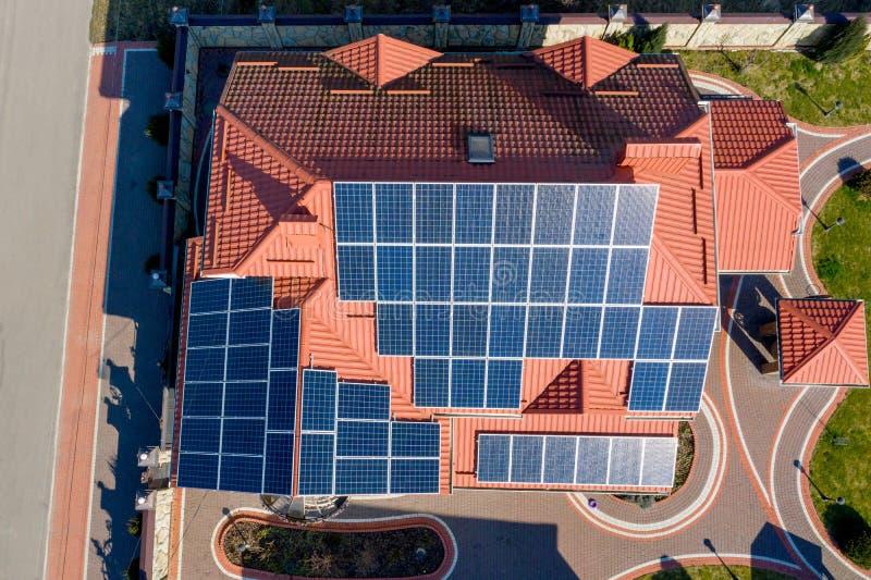 Dachansicht des neuen modernen Wohnhauses mit blauen Paneelen Konzept für die Erzeugung erneuerbarer ökologischer grüner Energie stockbilder