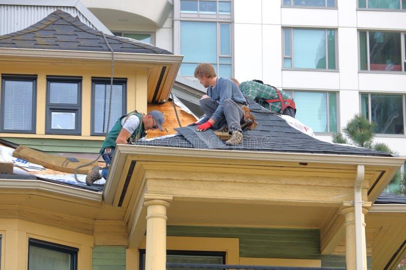 Dacharzi Naprawiają Vancouver dziedzictwa dom obrazy stock