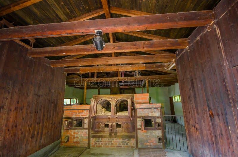 Dachau, Германия - 30-ое июля 2015: Печи кирпича внутри старого здания крематория показывая отвратительную реальность чего стоковые изображения rf